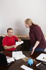 Ehepaar streitet sich bei der Buchführung 2