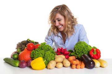 Frau mit blonden locken liebt Gemüse