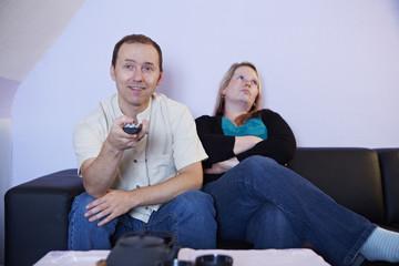 Fernsehen, Mann zappt, Frau gelangweilt