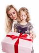 mama und tochter mit geschenk