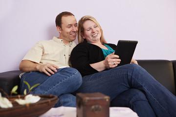 Ehepaar schaut auf ein Tablet