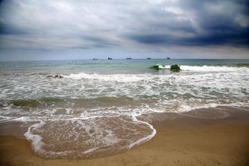Buques mercantes en la línea del horizonte