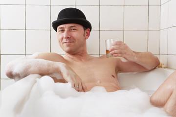 Badewanne, Mann, mit hochgehaltene Whiskexglas