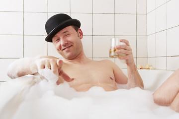 Badewanne, Mann, zeigt mit dem Finger