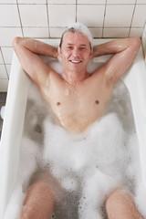 Badewanne, Mann, Arme hinter dem Kopf verschränkt