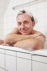 Badewanne, Mann, am Wannenrand angelehnt