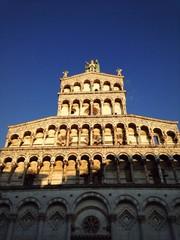 Facciata della Chiesa di San Michele a Lucca con cielo limpido