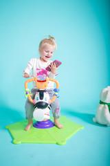 Kind spielt mit Smartphone Handy