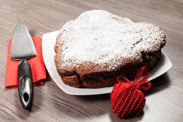 torta al cioccolato su sfondo di legno per san Valentino
