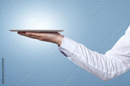 Arm und Hand halten Tablet als Tablett zum servieren - 70871078