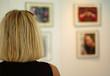 Blonde Frau betrachtet Bilder einer Ausstellung - 70876632
