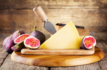 parmesan cheese with fresh figs