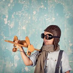 Junge spielt mit Flugzeug