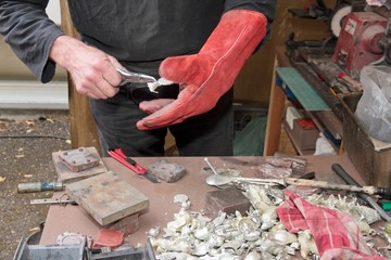 Fabrication de petits objets en étain