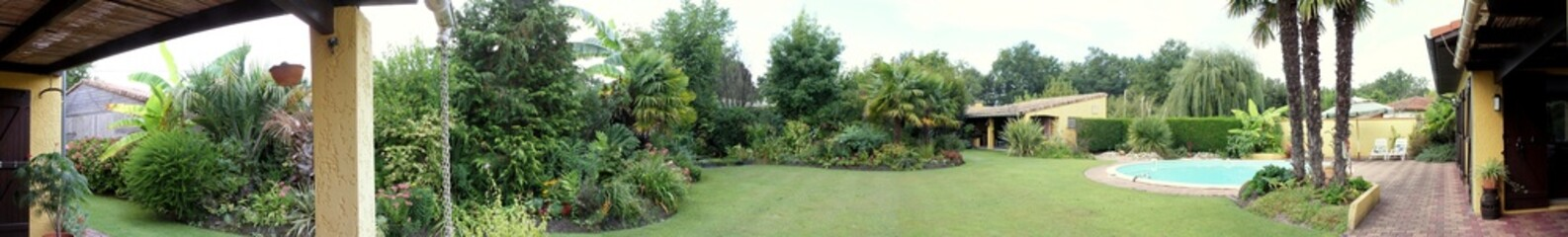 panorama jardin exotique avec piscine