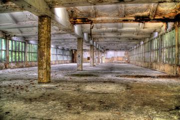Verassene Halle einer Industrieanlage