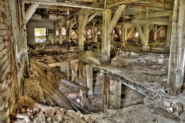 Eingestürzte Etage in einer verfallenen Fabrik