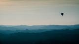 Mongolfiera in volo sulle colline delle Langhe