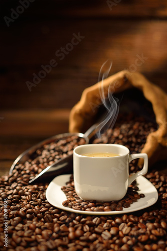 filizanka-z-dymnymi-i-kawowymi-fasolami-na-stary-drewnianym