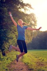 Jubelnde Frau springt in die Luft