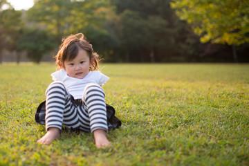 芝生で座る少女