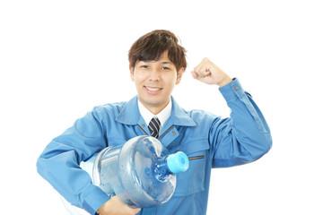 ボトルを運ぶ笑顔の男性