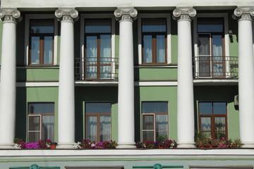 колонны фасада здания