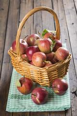 Cesta de manzanas recién recolectadas en la mesa de la cocina