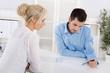Beratungsgespräch: Kunde und Berater sitzend am Tisch