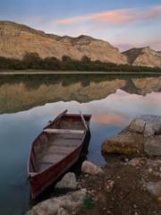 paisaje en rio con barca