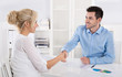 Handschlag: Kunde und Berater in einem Gespräch
