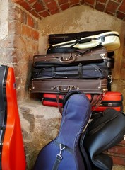 Instrumentenkoffer in der Nische des Klosters