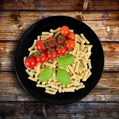 pasta italiana su fondo di legno
