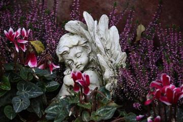 Friedhofsengel auf herbstlichem Grab