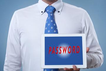 Geschäftsmann hält Tablet mit der Aufschrift Passwort