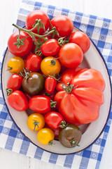 Schale mit bunten Tomaten