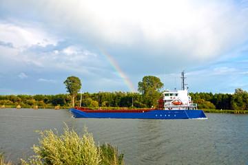 Frachtschiff mit Regenbogen