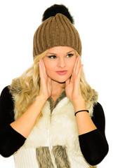 Девушка блондинка в шапке и жилетке