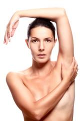 Schöne nackte Frau verdeckt grazil ihre Brust