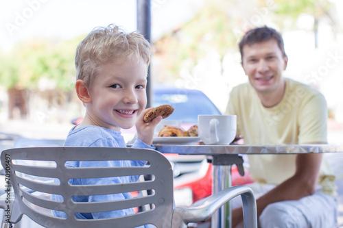 rodzina w kawiarni