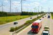 Verkehr auf Autobahn und Windkraftanlage