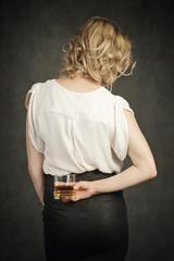 femme buvant alcool en cachette