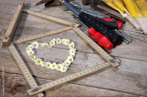 canvas print picture Herz aus Kamille mit einem Zollstock