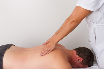 Homme allongé massage vertèbres