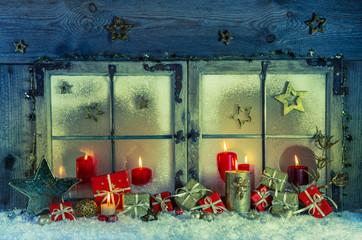 Romantisches Weihnachtsfenster mit Kerzen als Weihnachtskarte