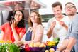canvas print picture - Freunde kochen Pasta und Fleisch zuhause in Küche