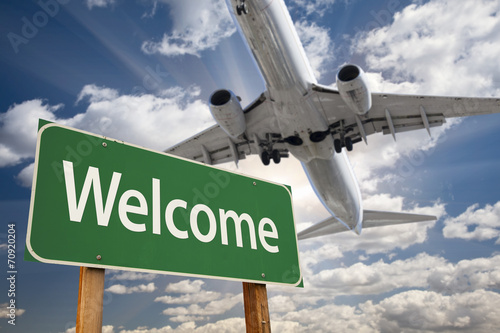 Foto op Canvas Texas Welcome Green Road Sign and Airplane Above
