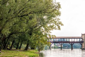 Scorcio di un fiume con ponte