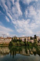 Panorama che si specchia nel fiume
