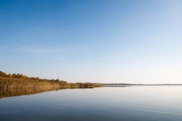 Осеняя пора на озере, северная Россия.